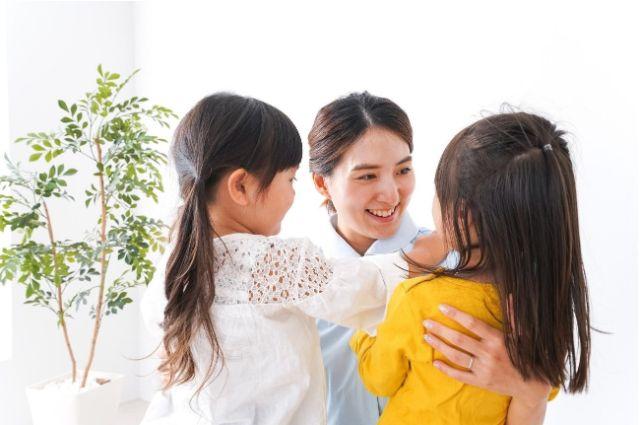 看護師と二人の子供