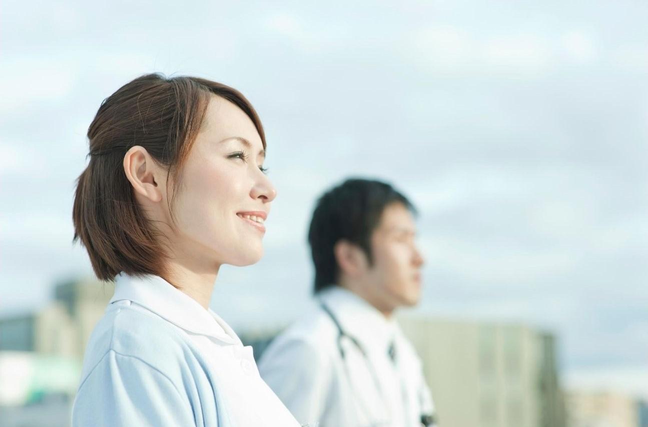 白衣を着た男女二人